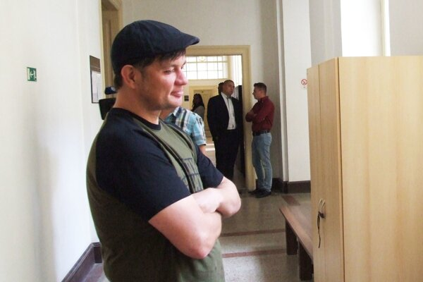 Majiteľ baru, v pozadí stojí obžalovaný Ján Ď. (v bordovej košeli) s obhajcom.