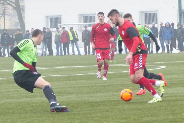 Stopér Benjamin Lukomirak, ktorý je v FK Senica na skúške. V pozadí Filip Blažek.