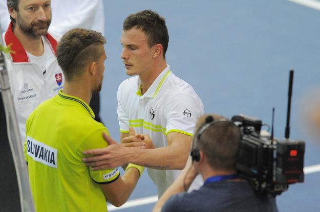 Márton Fucsovics prijíma gratulácie od Martina Kližana.