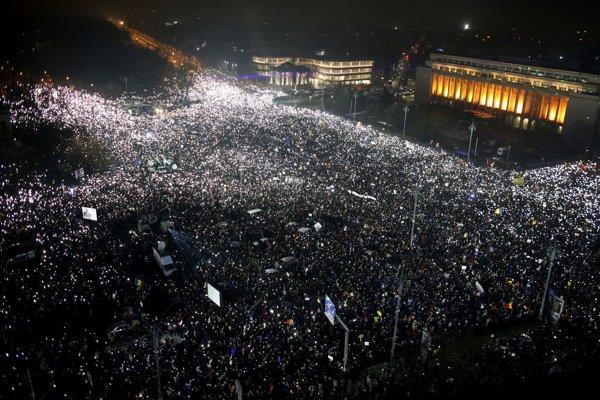 Desiatky tisíc Rumunov protestovalo pred vládnou budovou v Bukurešti.