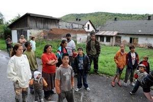 Rómovia v osade v Krompachoch počas zhromaždenia prívržencov Slovenskej pospolitosti. Štúdia odporúča, aby sa rómske deti neizolovali od ostatných v špeciálnych základných školách.