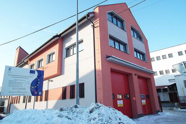 Mestská firma údajne pri zadávaní zákazky na dodávku tovarov pri rekonštrukcii hasičskej zbrojnice porušila pravidlá verejného obstarávania.
