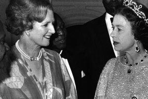 Na archívnej snímke z 1. augusta 1979 britská premiérka Margaret Thatcherová (vľavo) a britská kráľovná Alžbeta II. diskutujú počas recepcie  britského Spoločenstva národov v Lusake.