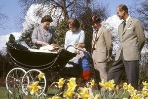 Na snímke z 21. apríla 1965 s deťmi.
