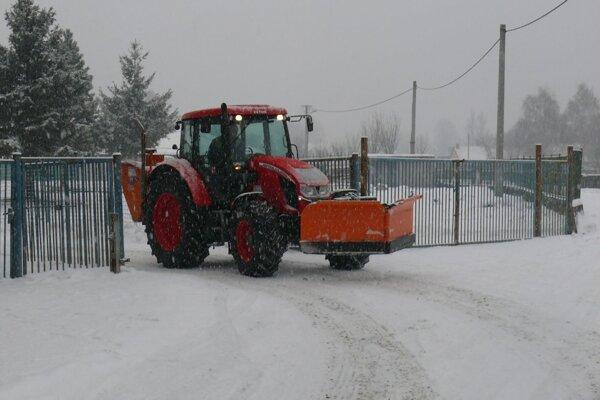 Jednou zpočiatočných investícií bola aj kúpa traktora spotrebným príslušenstvom. Nová práca sa našla aj pre vodiča.