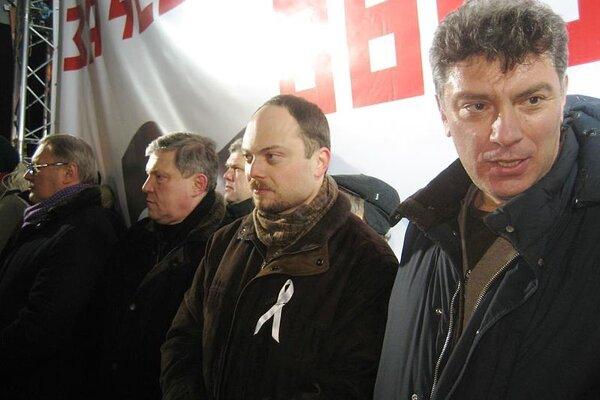 Vladimir Kara-Murza (v strede) spolu s Borisom Nemcovom. Jeden bojuje o život, druhý je mŕtvy.