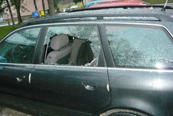 Mestskí policajti našli rozbité okná na šestnástich autách.