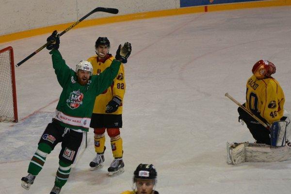 Ľubomír Vaškovič sa teší z víťazného gólu v predĺžení. HK Skalica vyhrala v Topoľčanoch 5:4 po predĺžení.