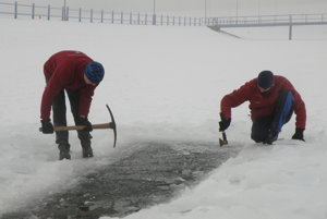 Sekera a krompáč sú nutné na rozbitie ľadu.