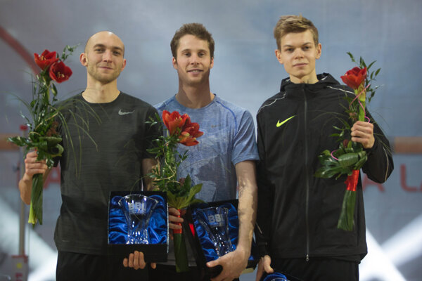 Na snímke stupeň víťazov, zľava poľský skokan do výšky Sylwester Bednarek, víťaz kanadský skokan do výšky Derek Drouin a bieloruský skokan do výšky Pavel Seliverstov