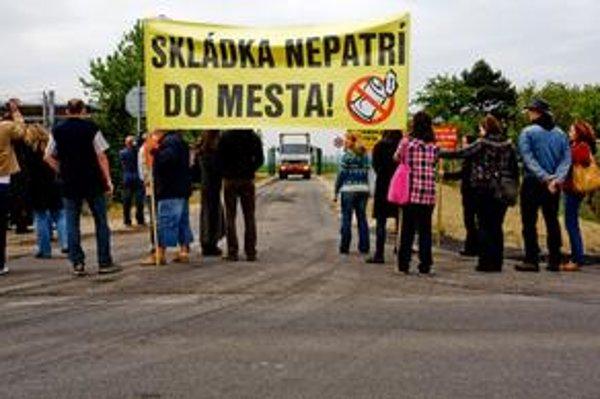 Pezinčania minulý týždeň blokovali vjazd na skládku v ich meste vlastnými telami. Tento týždeň prestali k jame prúdiť smetiarske autá.