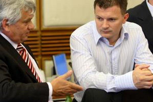 Ako tento rok ušetriť, to musí vymyslieť minister financií Ján Počiatek (vpravo). Zlučovanie ministerstiev je len víziou.