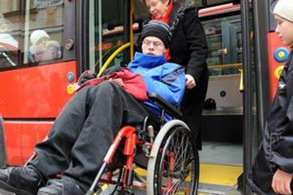 Zdravotne postihnutým majú pomôcť nastúpiť.