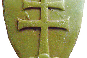 Dvojitý kríž po prvý raz na trojvrší. Znak kráľa Václava Ladislava z rokov 1301 – 1305.