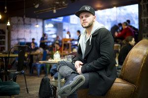 Juraj Líška vytvoril projekt Fallgrapp pred tromi rokmi, jeho debutový album Rieka mal úspech na cenách Radio_Head Awards. Teraz dokončuje svoj druhý V hmle.