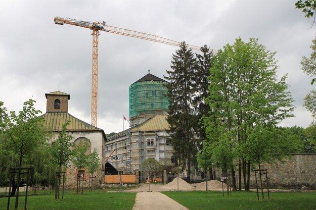 Hradný areál v Budatíne počas prvej rekonštrukcie.
