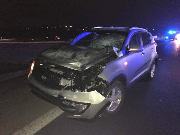 O sile nárazu svedčí aj poškodené auto.