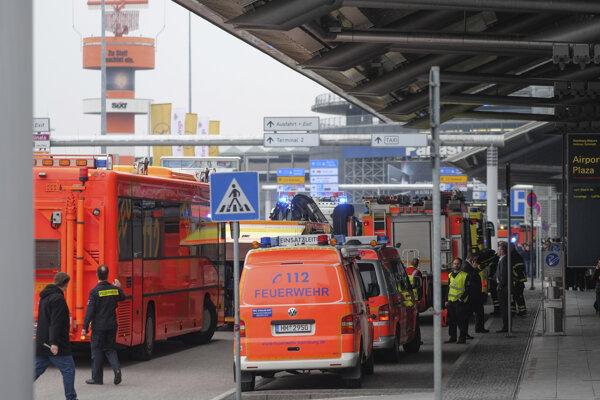 Nemecké úrady v nedeľu popoludní na viac ako hodinu kompletne uzavreli letisko v Hamburgu kvôli možnémuúniku plynu.