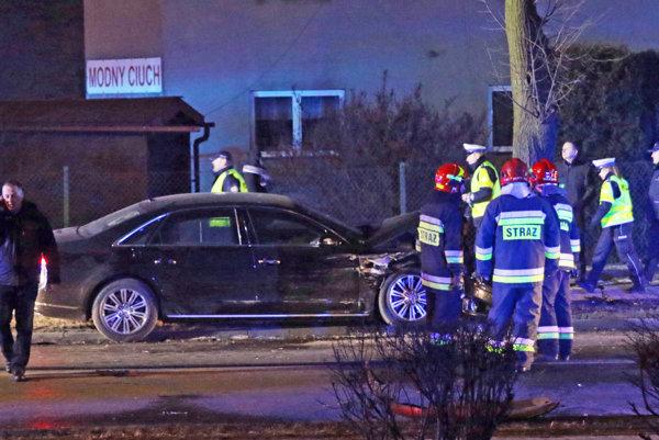 Policajti a hasiči stoja pri limuzíne poľskej premiérky Beaty Szydlovej.