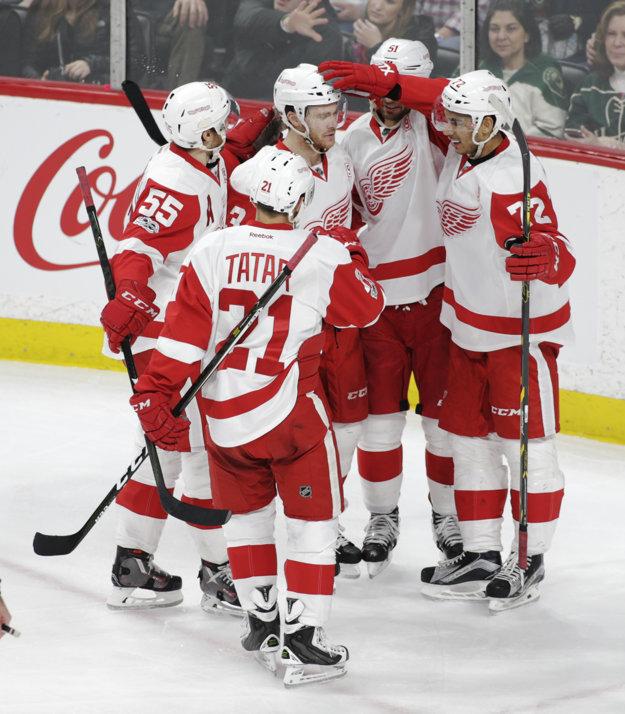 Tomáš Tatar sa so spoluhráčmi raduje po góle Andreasa Athanasioua (č. 72). Detroit napokon prehral.