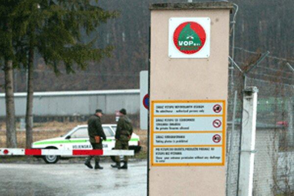 Munícia z nestrážených vagónov je už za bránami opravárenského podniku.