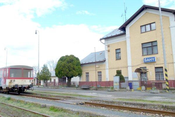Jednou z 11 staníc, kde budú osadené cudzojazyčné tabule, je stanica v Šahách.