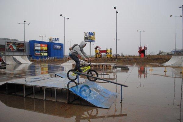 Starý skatepark ustúpil nákupnému centru. Mladí skejteri na nový čakajú už niekoľko rokov.