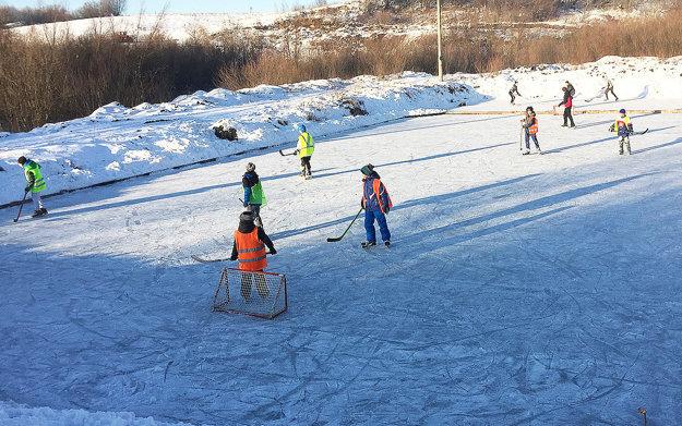 Deťom sa korčuľovanie vdedine ráta.