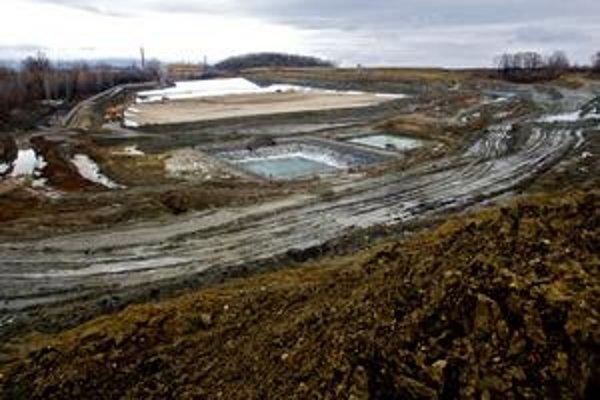 Hoci okolie staveniska sa v týchto dňoch zmenilo na bahnisko, skládka v Pezinku je vraj hotová na 99, percenta percent.