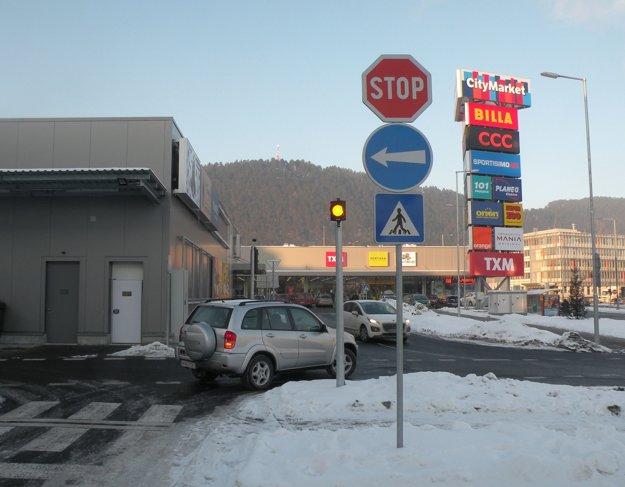 Veľa šoférov si na nové dopravné pravidlá v okolí obchodného domu ešte nezvyklo. Na fotografii odbočuje auto doprava aj napriek tomu, že značka mu prikazuje odbočiť vľavo.