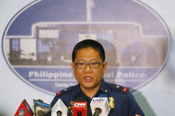 Tlačová konferencia filipínskej polície pred rokom, keď sa jej nepodarilo zachrániť kanadského občana.