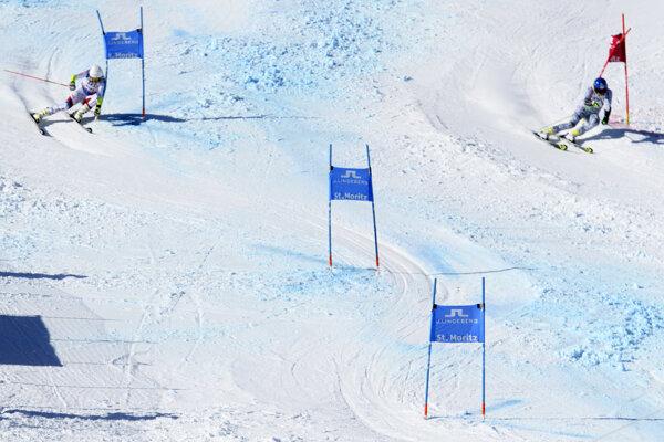 Švajčiarka Wendy Holdener, vľavo, a Veronika Velez Zuzulová na trati počas súťaže tímov na MS vo švajčiarskom St. Moritzi.