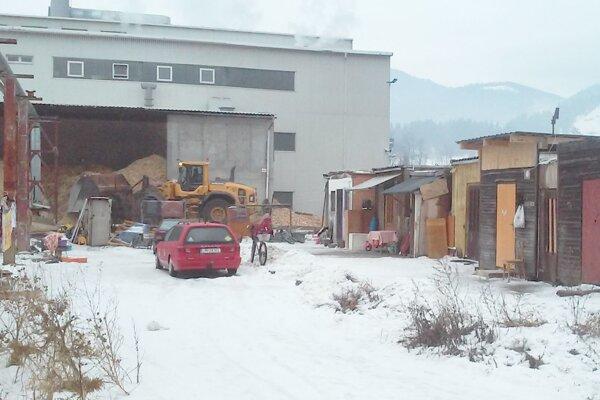 Malá osada za železnicou neďaleko drevospracujúceho koncernu.