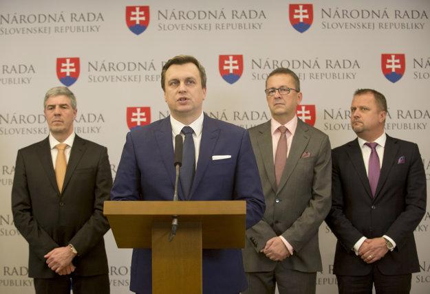 Zľava podpredseda parlamentu Béla Bugár (Most-Híd), predseda parlamentu Andrej Danko (SNS), podpredseda parlamentu Martin Glváč (SMER-SD) a podpredseda parlamentu Andrej Hrnčiar (Most-Híd).