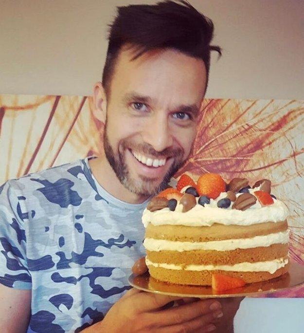"""Vykrmuje si ho. Roman Juraško dostal od svojej lásky Diany Hágerovej takúto tortu. """"Si môj Valentín každý jeden deň. Milujem ťa. Ale urobila som ti tento koláčik, lebo ľudia hovoria, že by si mal pribrať"""" napísala na sociálnu sieť."""