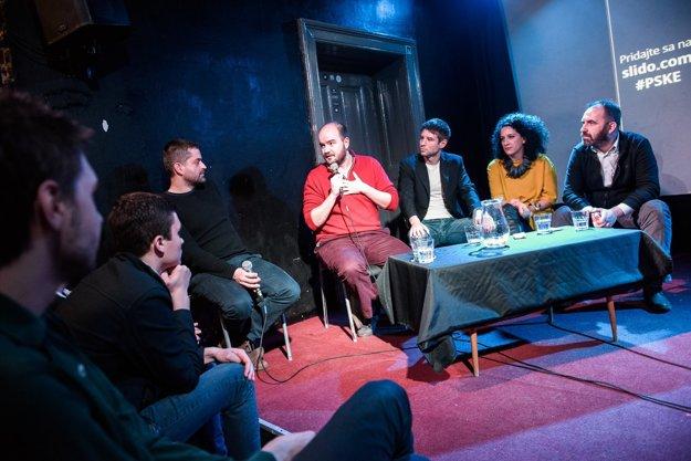 Členovia Progresívneho Slovenska. Počas debaty v košickej Tabačke zľava filozof a aktivista Fedor Blaščák, Martin Dubéci, Michal Šimečka, Zora Jaurová a Ivan Štefunko.