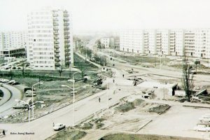 Vľavo už vidno cestu na Okružnej ulici a prvé domy.