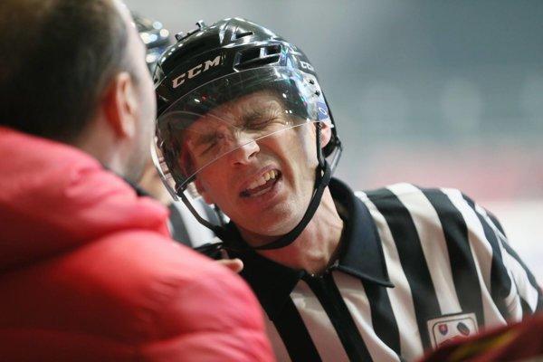 Rozhodca Vladimír Fridrich vysvetľuje trénerovi Ľubomírovi Hurtajovi tresty pre hráčov Topoľčian.