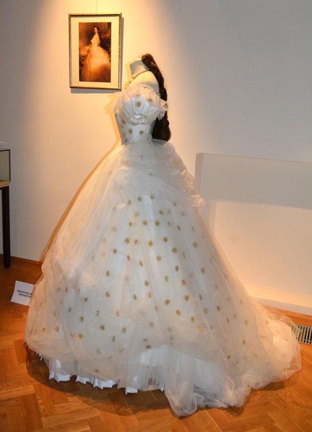 Vystúpila z obrazu. Tento model si navrhla samotná Sissi. Hviezdičky na šatách boli vyšité zlatými a striebornými oceľovými niťami dovezenými z orientu a rýchlo sa stali módnym hitom. Účes jej zdobili hviezdičky, ktoré jej dal vyrobiť manžel František Jozef u dvorného klenotníka.