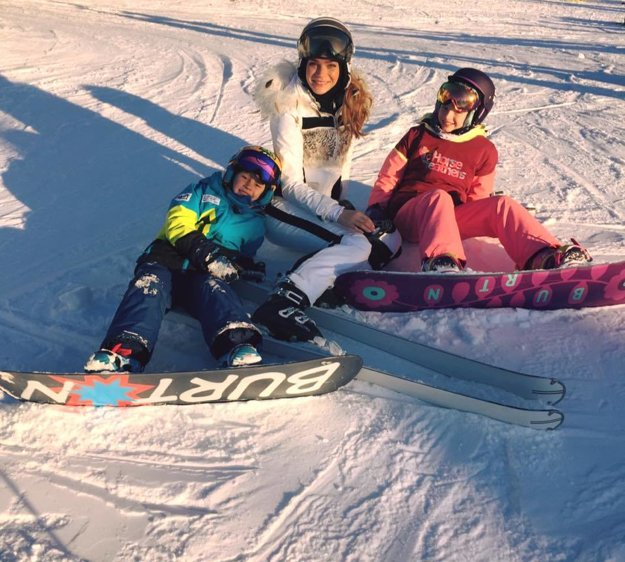 Radosť na svahu. Keďže v Česku boli v týchto dňoch jarné prázdniny, modelka Andrea Verešová ich trávila so svojimi deťmi na mieste, ktoré má ich rodina mimoriadne rada. Bez lyžovačky v Špindlerovom Mlyne si totiž prázdniny nevedia predstaviť.