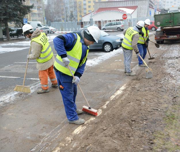 Čistiace práce. S primrznutým blatom bojovali robotníci vo štvrtok.