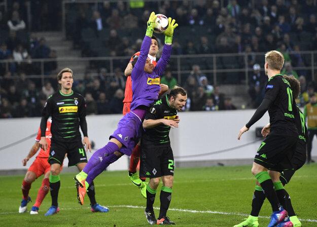 Brankár Yann Sommer z Borussie Mönchengladbach chytá loptu do svojich rúk.