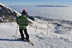 Mladý lyžiar na zjazdovke z Lomnického sedla na Skalnaté pleso.