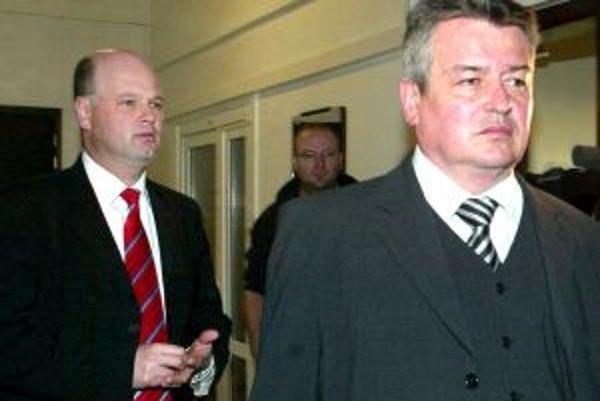 Súd riešil prípad podvodu s čerpaním štátnych dotácií, v ktorom sú obžalovaní Ladislav Lumtzer (vpravo) a Maroš Merjavý (vľavo ).