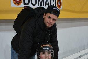 Denis Pätoprstý sa dnes na zimnom štadióne v Topoľčanoch bol pozrieť aj na svojho brata Darena, hráča piatakov HC Topoľčany.