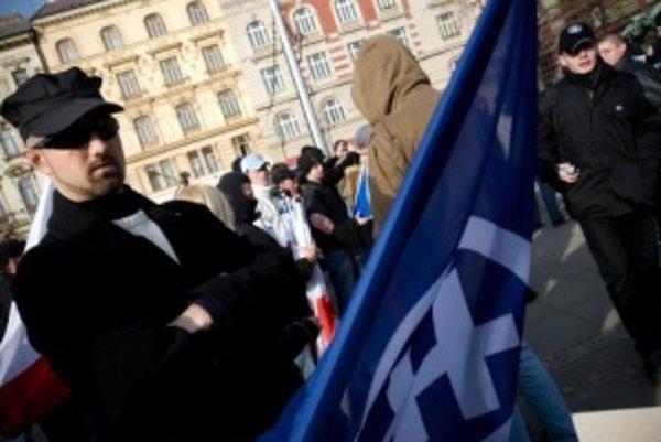 Slovenská pospolitosť sa zúčastnila protestu proti samostatnému Kosovu aj v Čechách. Na snímke vľavo vodca Slovenskej pospolitosti Ivan Sýkora.