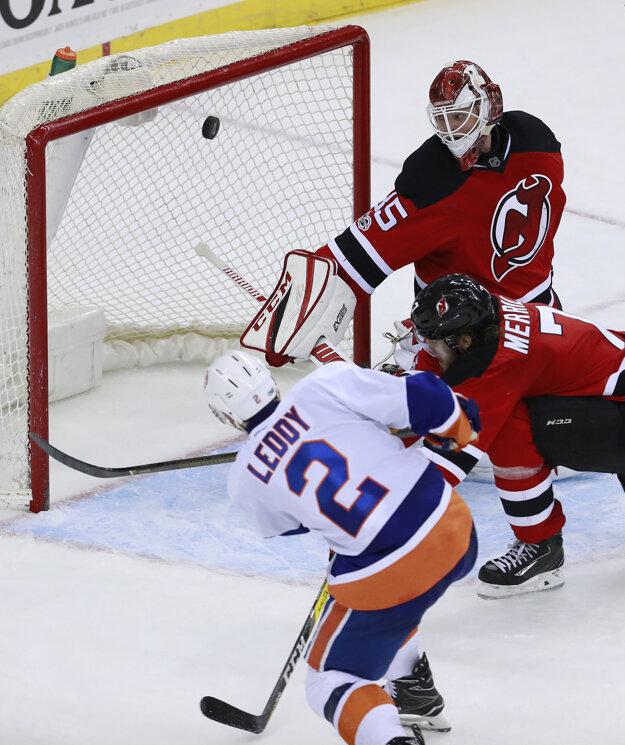 Nick Leddy z New Yorku Islanders míňa odkrytú bránu súpera.