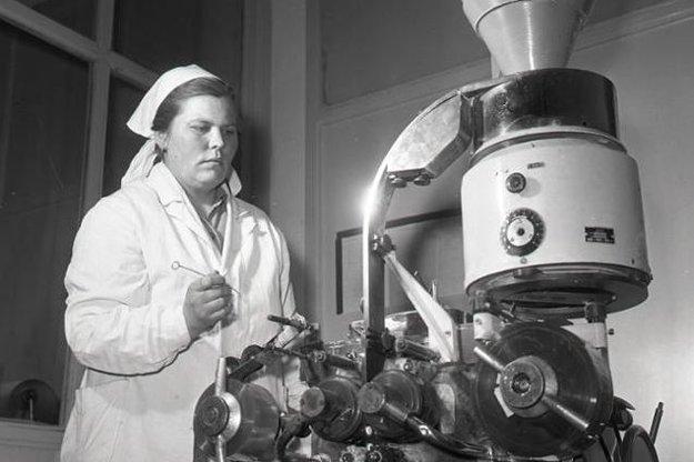 Valéria Švikruhová pri obsluhe stroja, ktorý balí Acylpyrin do celofánových fólií.