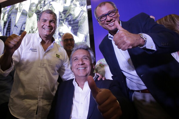 Lenin Moreno (uprostred) s exprezidentom Raffaelom Correom (vľavo) a kandidátom na viceprezidenta Jorgeom Glasom.