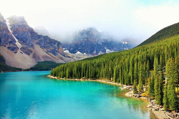 Jazero Moraine v Kanade má nielen priezračnú vodu, ale aj pozoruhodné prírodné okolie.